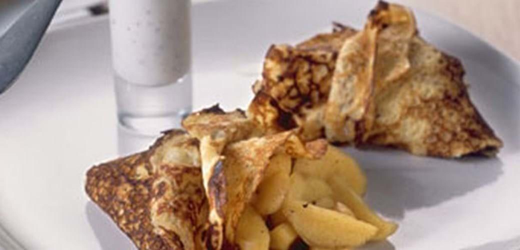 Pandekager med æblekompot og mandler