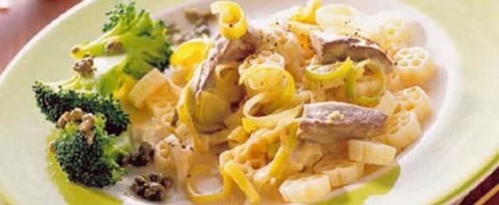 Pasta med kalvelever i hvidvinssauce og broccoli med kapersdressing