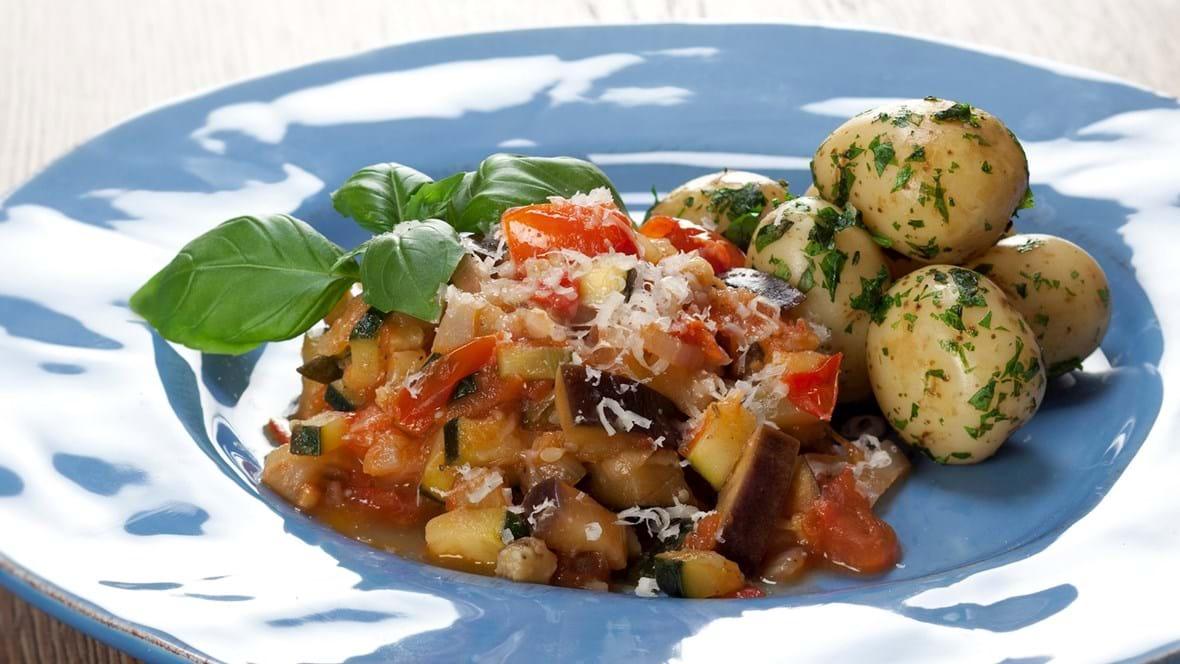 Ratatouille med parmesan og persillekartofler