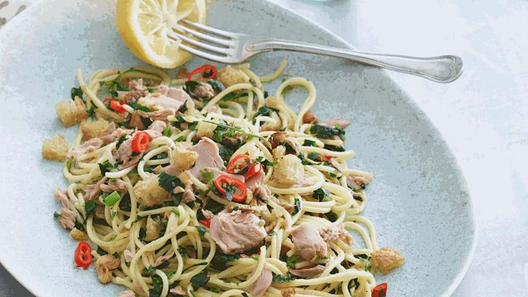 Tun med spaghetti, persille, chili, hvidløg og brødkrummer