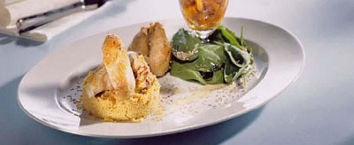 Poussiner med safran cous cous, fersken relish og spinatsalat