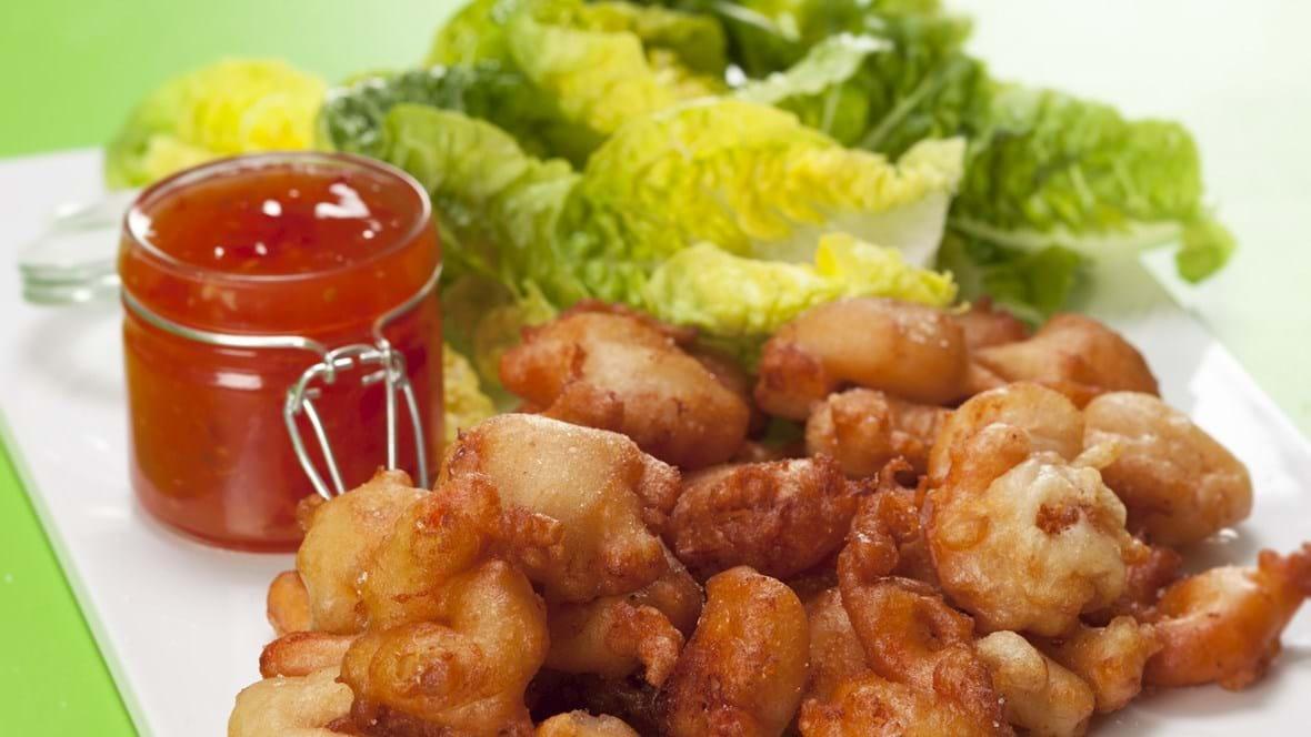 Rejer tempura - indbagte rejer med chilisauce og salat