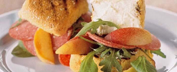 Ristet sandwich med rørt flødeost og ferskner