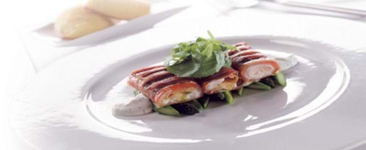 Rødspættefileter svøbt i bacon med hasselback kartofler