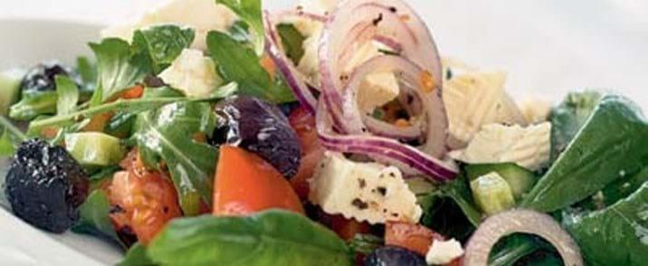 Salat med tomater, oliven og feta