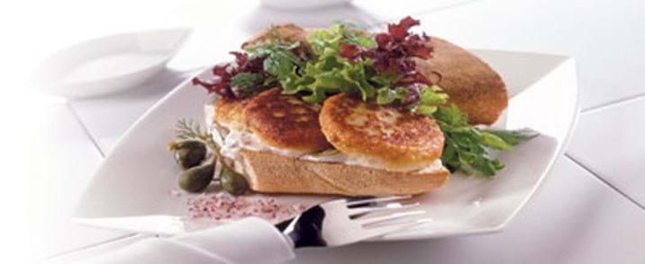 Sandwich med fiskefrikadeller og kapersdressing