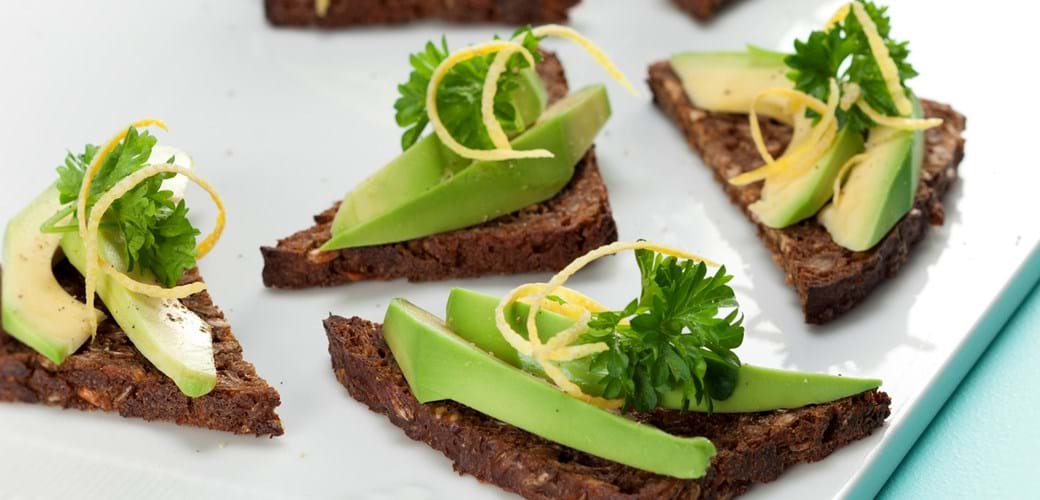 Ristet rugbrød med avocado, citron og persille