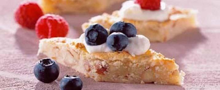 Små marcipankager med frugt og bær