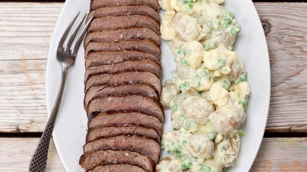 Roastbeef med kold kartoffelsalat med karry og ærter