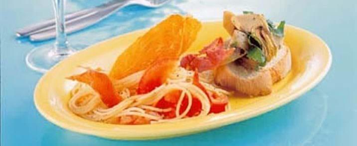 Spaghetti med tomater, serranochips og artiskokbruchetta
