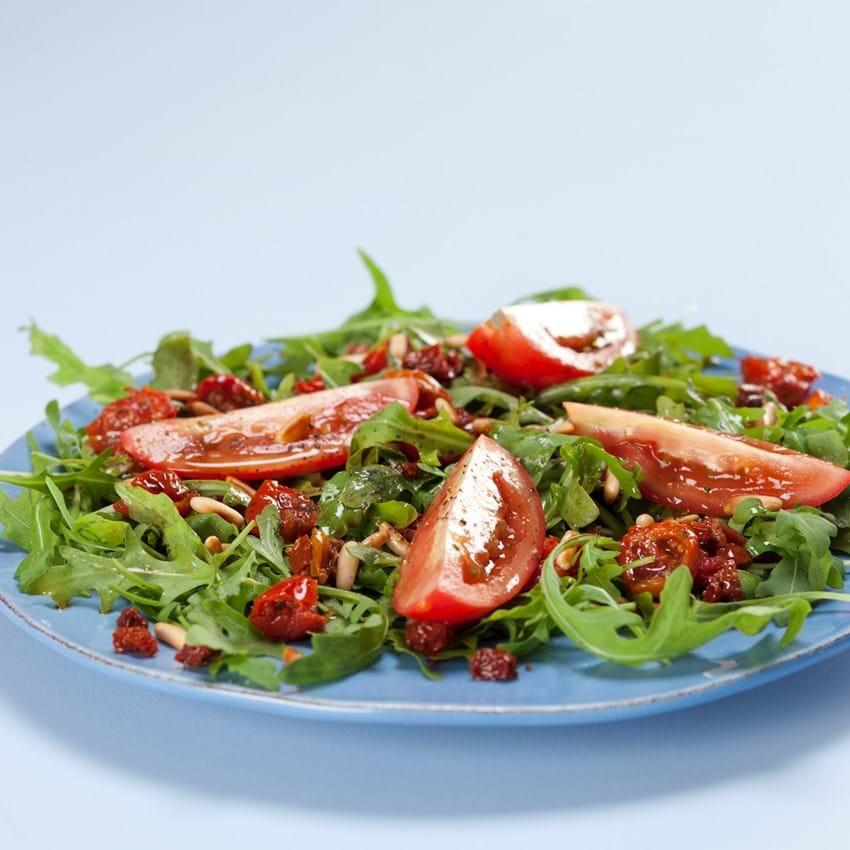 Rucola med to slags tomater, balsamico og pinjekerner