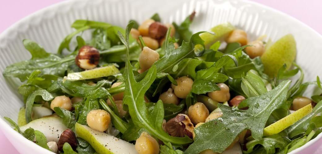 Rucola salat med kikærter, pære og hasselnødder