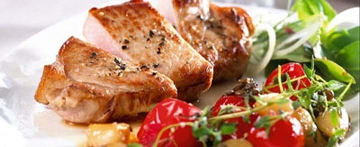 Stegt svinekotelet med kompot af små tomater, milde hvidløg og linser