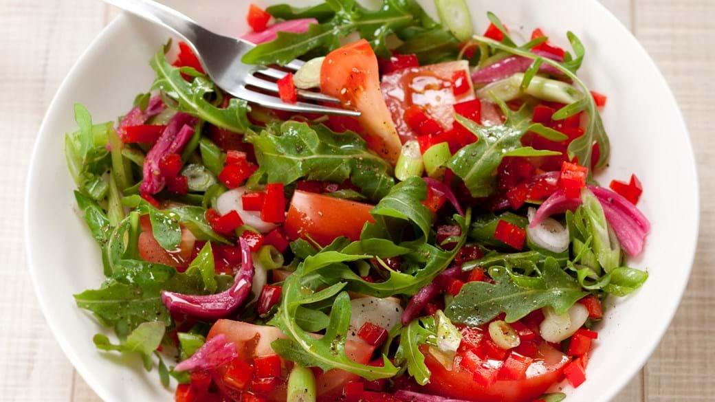 Rucola salat med tomat, rød peber og syltede rødløg