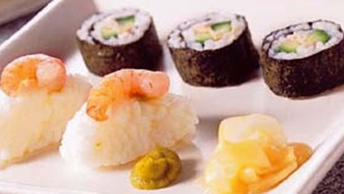 Sushirulle med røget makrel og sushi med rejer