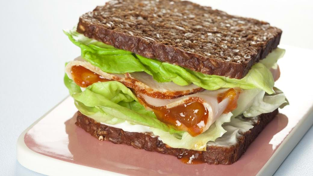 Rugbrødssandwich med kalkun og mangochutney
