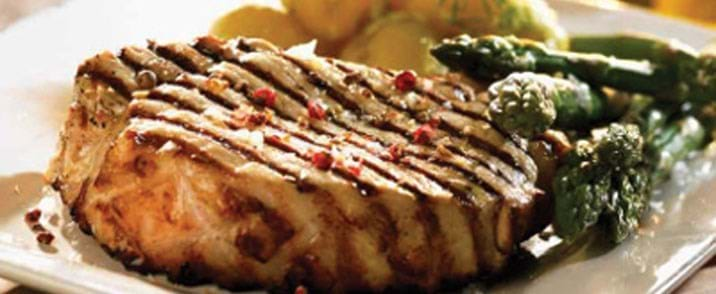 Svinekoteletter med kartofler,spidskålspesto og grønne asparges