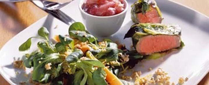 Tournedos i spidskål med rabarber chilichutney og lun hvedekerne salat