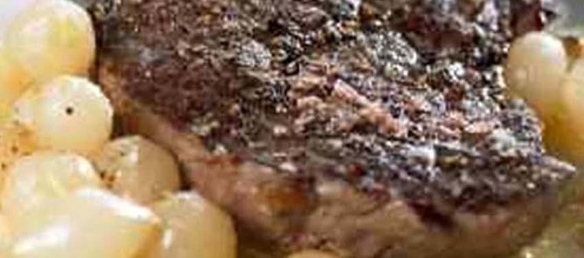 Tykstegsbøffer med sort peber og perleløg