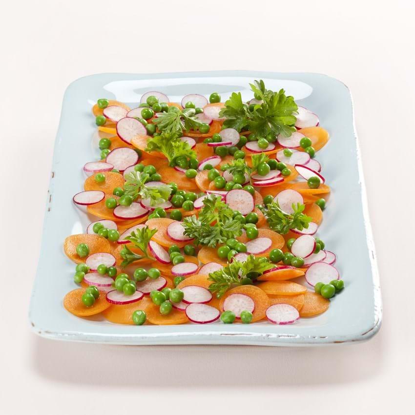 Salat med gulerødder, radiser, ærter og persille
