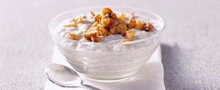 Vanillegrød med kandiseret nøddedrys