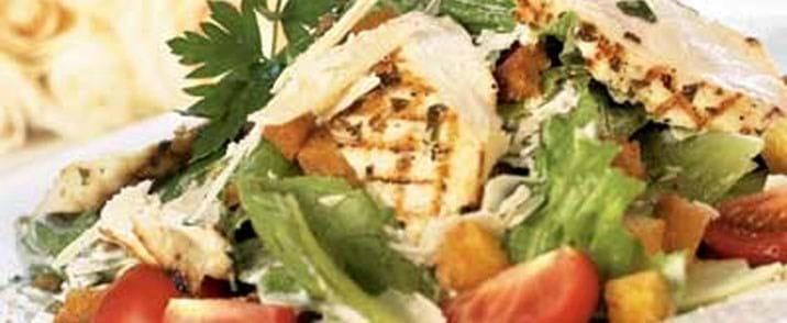 Caesar salat med grillet kyllingebryst