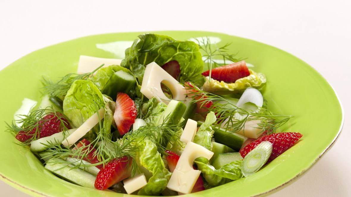 Salat med jordbær, emmentaler og dild