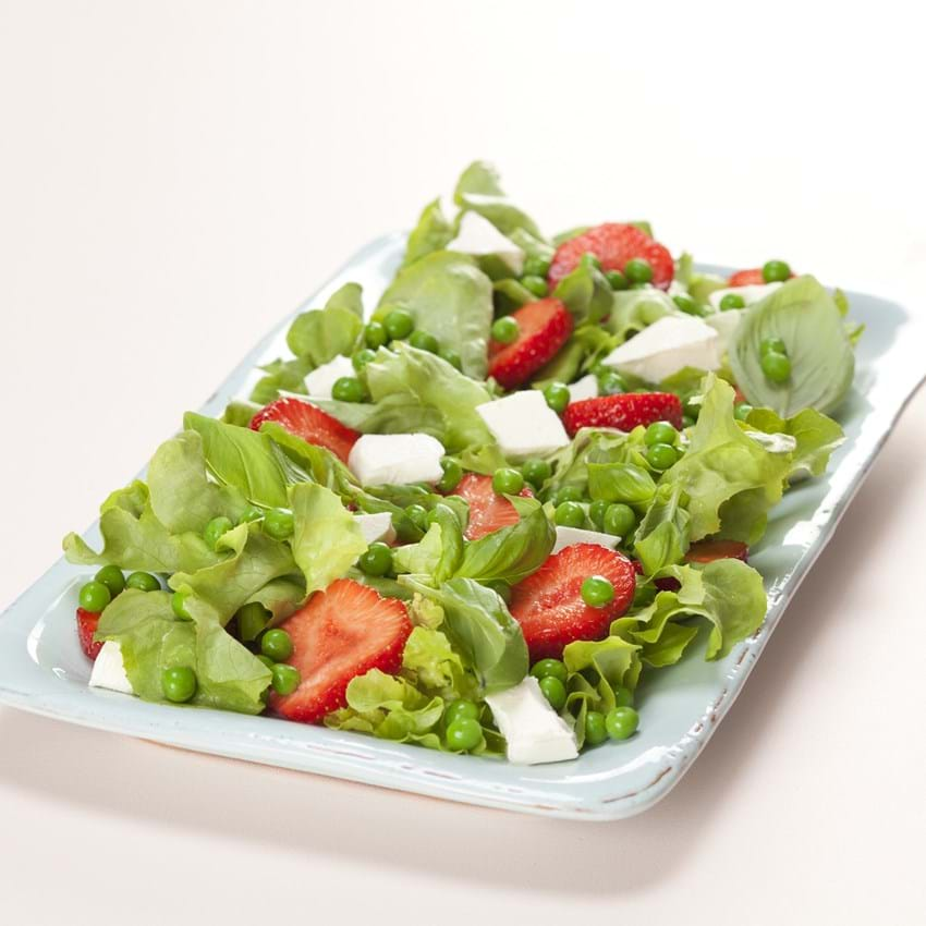 Salat med jordbær, middelhavsost og ærter