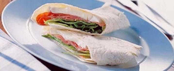Wrap med brieost og lufttørret skinke