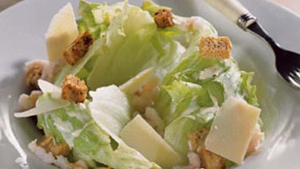 Ceasarsalat med iceberg, rejer, brødcroutons og parmesan