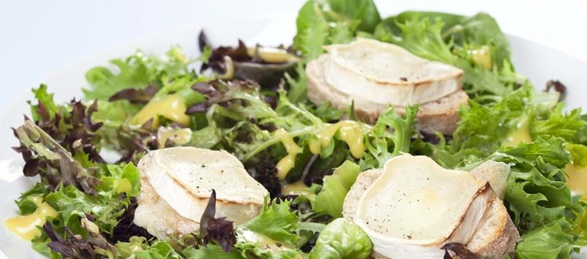 Salat med lune gedeostebrød og dijon vinagrette