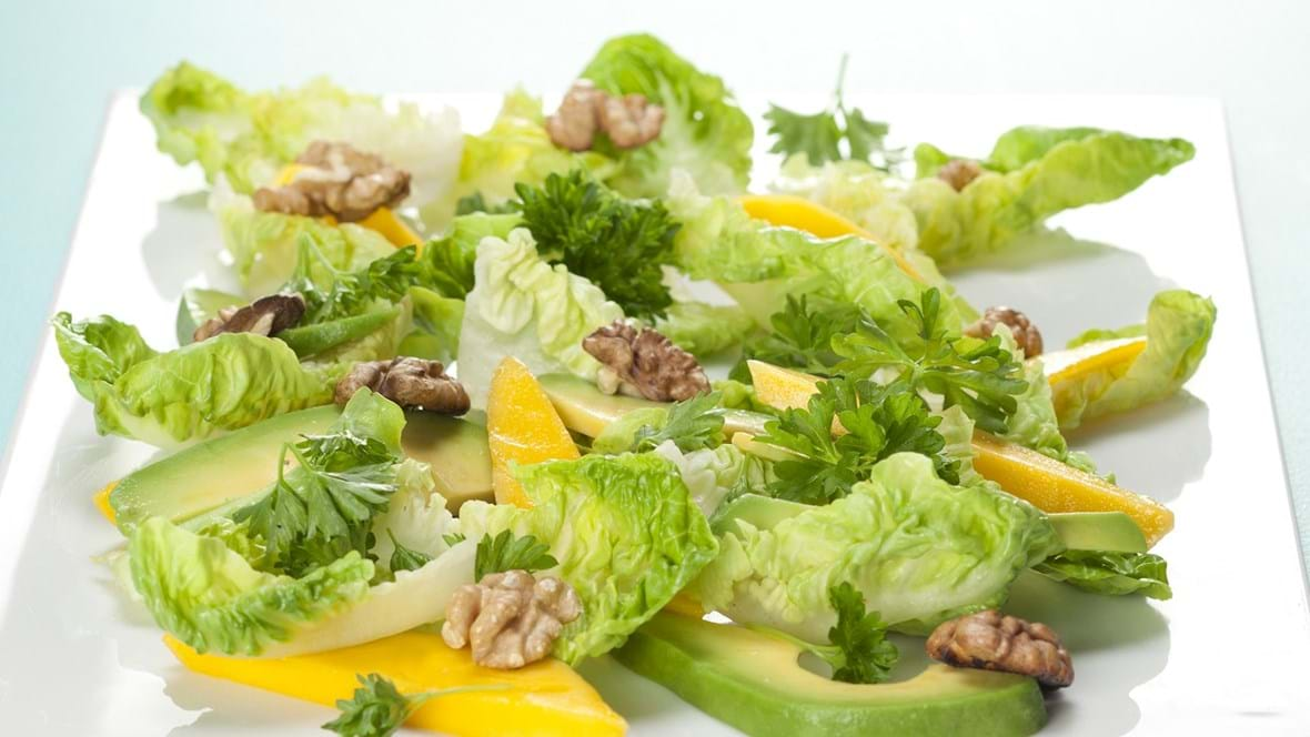 Salat med mango. avocado og valnødder