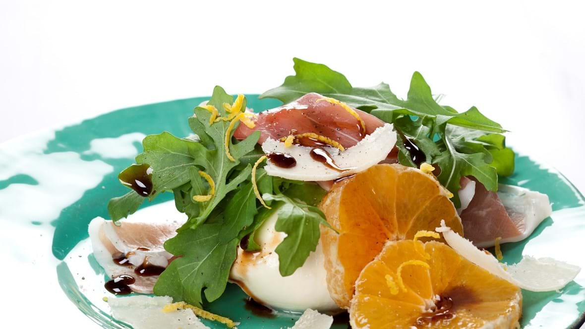 Salat med mozzarella, parmaskinke og klementin