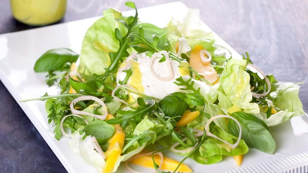 Salat med mozzarella, syltede løg og mangodressing