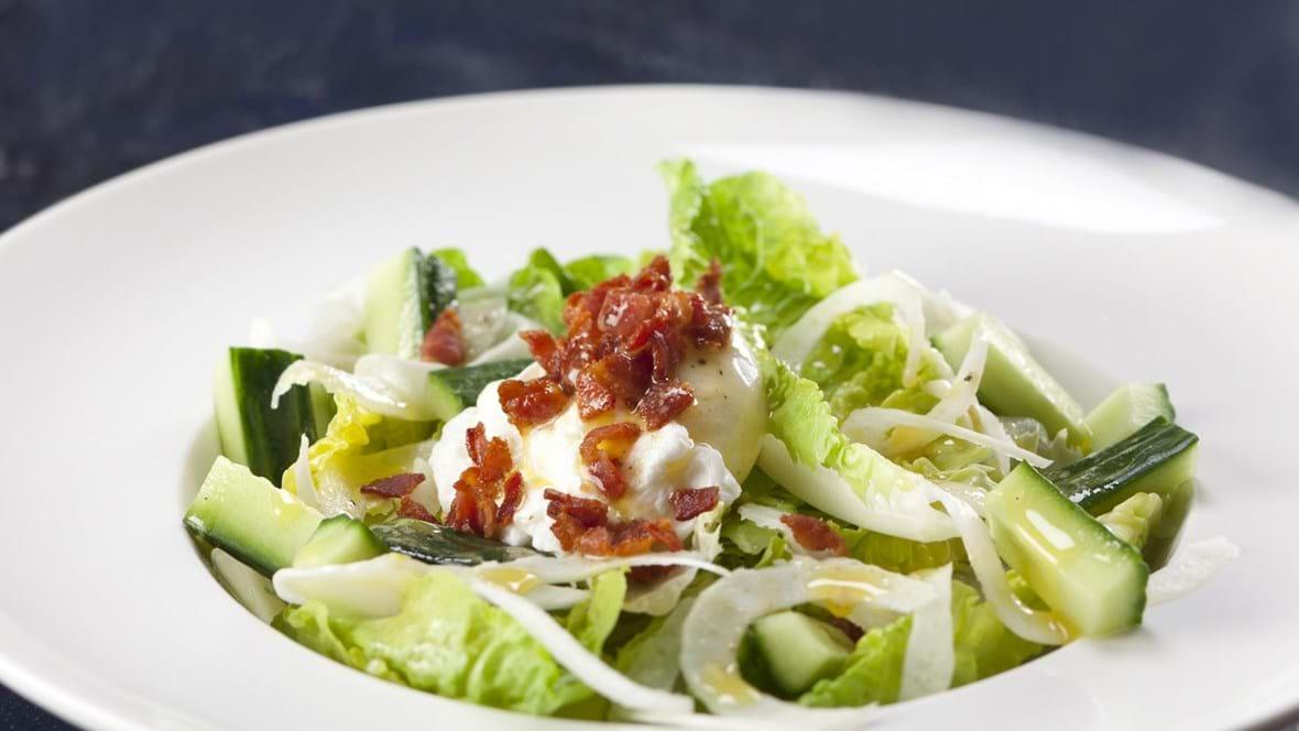 Salat med pocheret æg, bacon og brunet smør