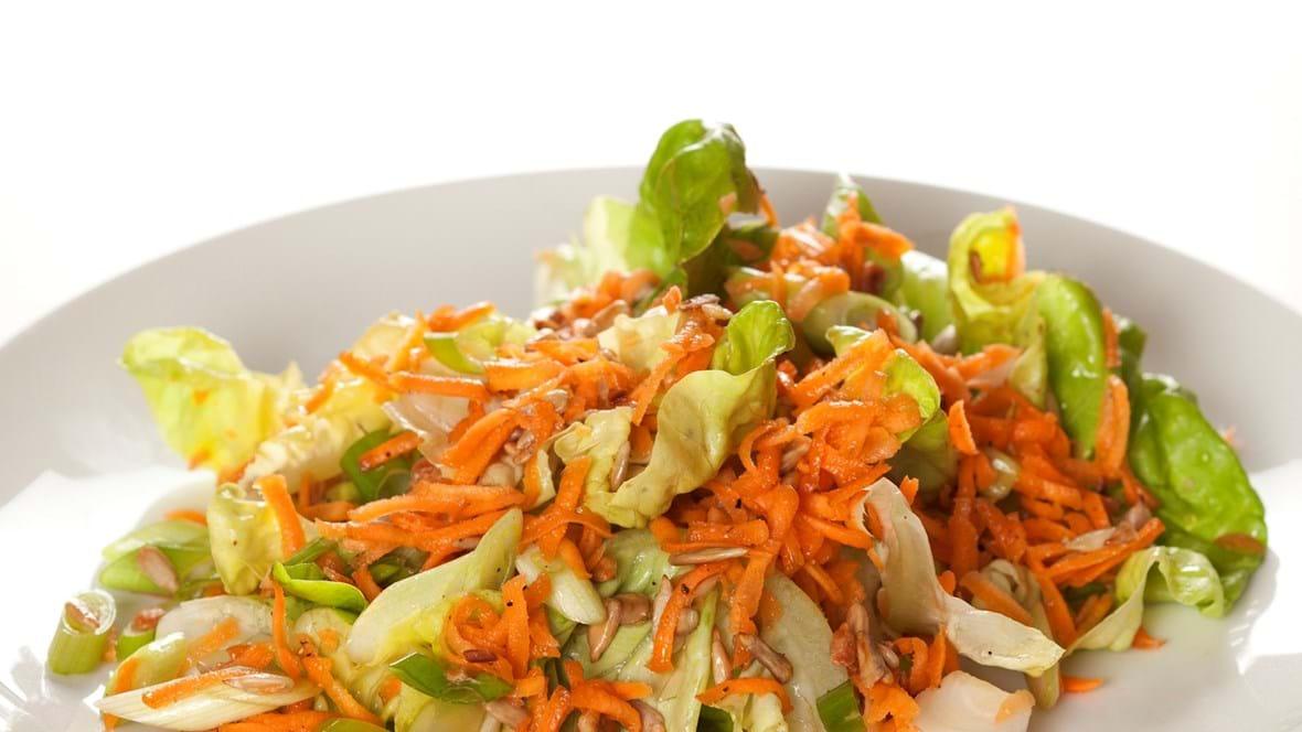 Salat med revet gulerod og solsikkekerner