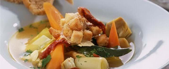 Efterårssuppe med kalkun, grove grøntsager og gratinerede croutons