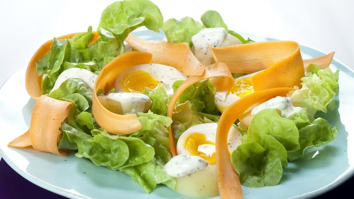 Salat med smilende æg, kolde kartofler og gulerodskrøller