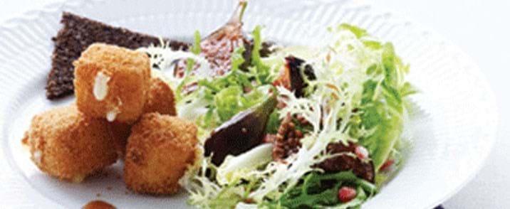 Figensalat med ahornsirup og dybstegte osteklodser