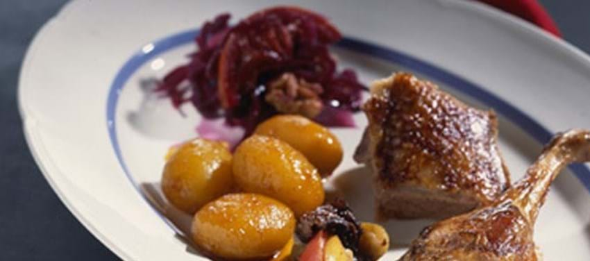 Andesteg med appelsinbrunede kartofler og rødkål med valnødder