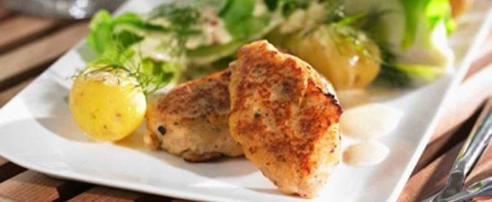 Fiskefrikadeller med spidskål og nye kartofler kogt med dild