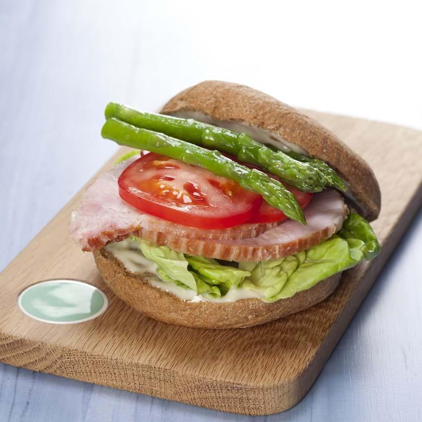 Sandwich med hamburgerryg, tomat og grønne asparges