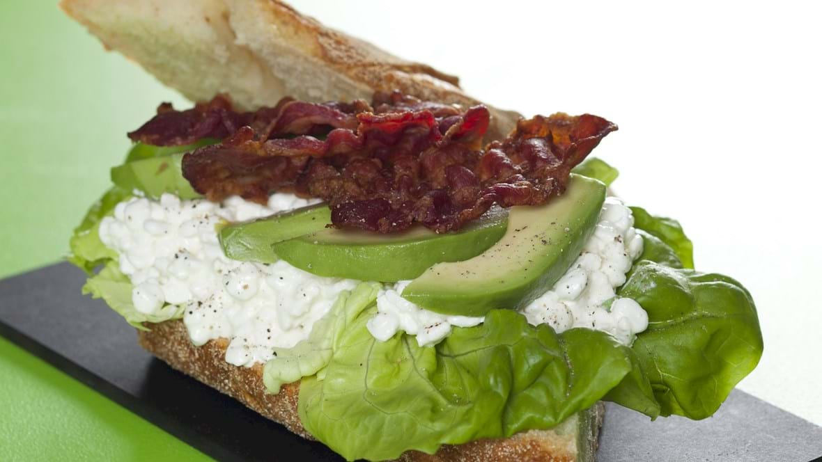 Sandwich med hytteost, avocado og bacon
