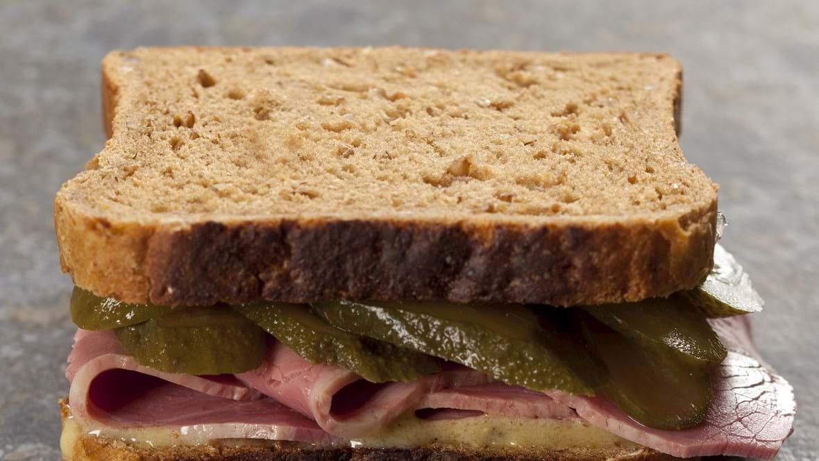 Sandwich med oksebryst, sød sennep og syltede agurker