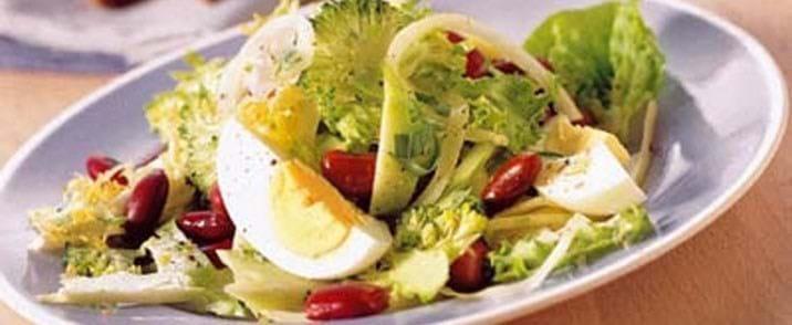 Frokostsalat med æg, bønner og broccoli