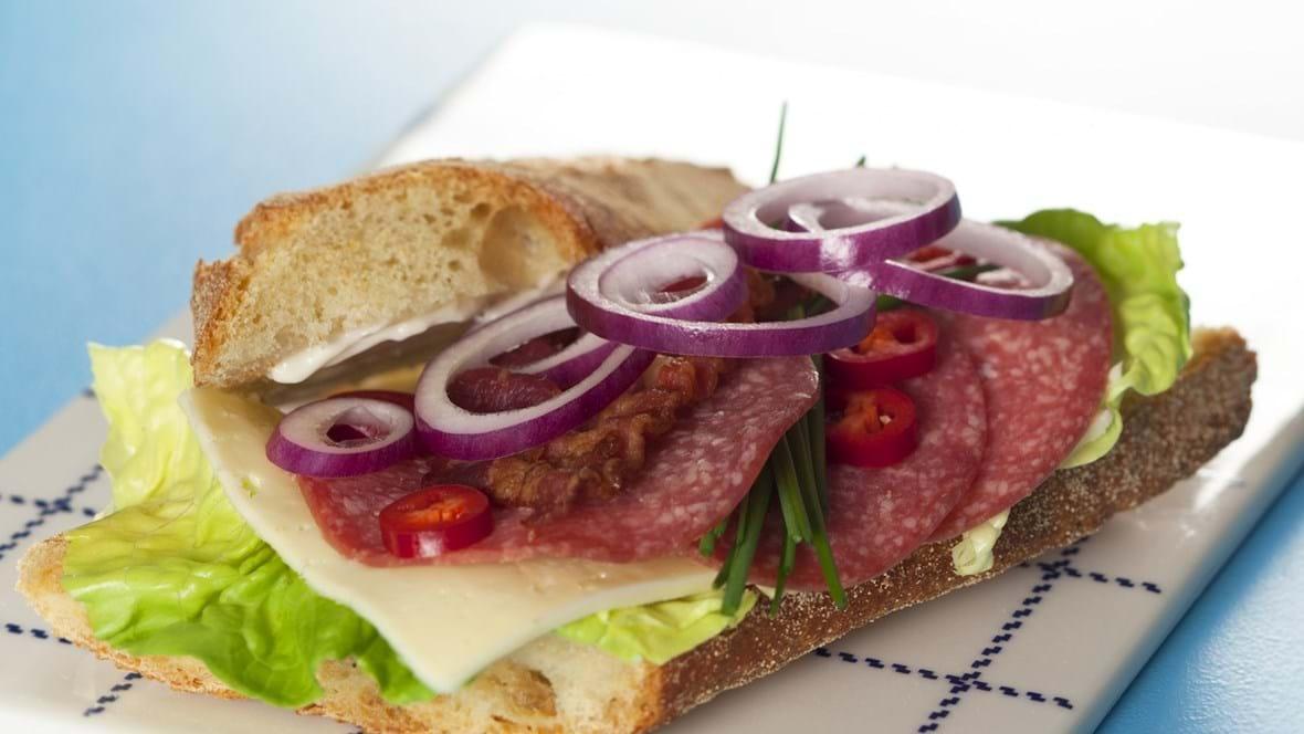 Sandwich med ost, spegepølse, chili, bacon og rødløg