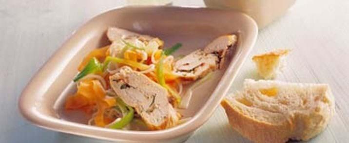 Fyldt kyllingebryst med nudler og yoghurtdip