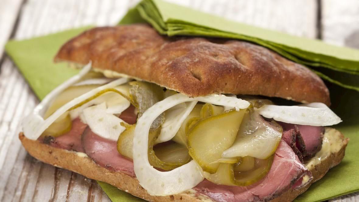 Sandwich med roastbeef, fennikel og syltede agurker