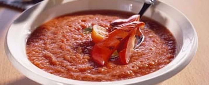 Gazpachosuppe med peberfrugt og basilikum grissini