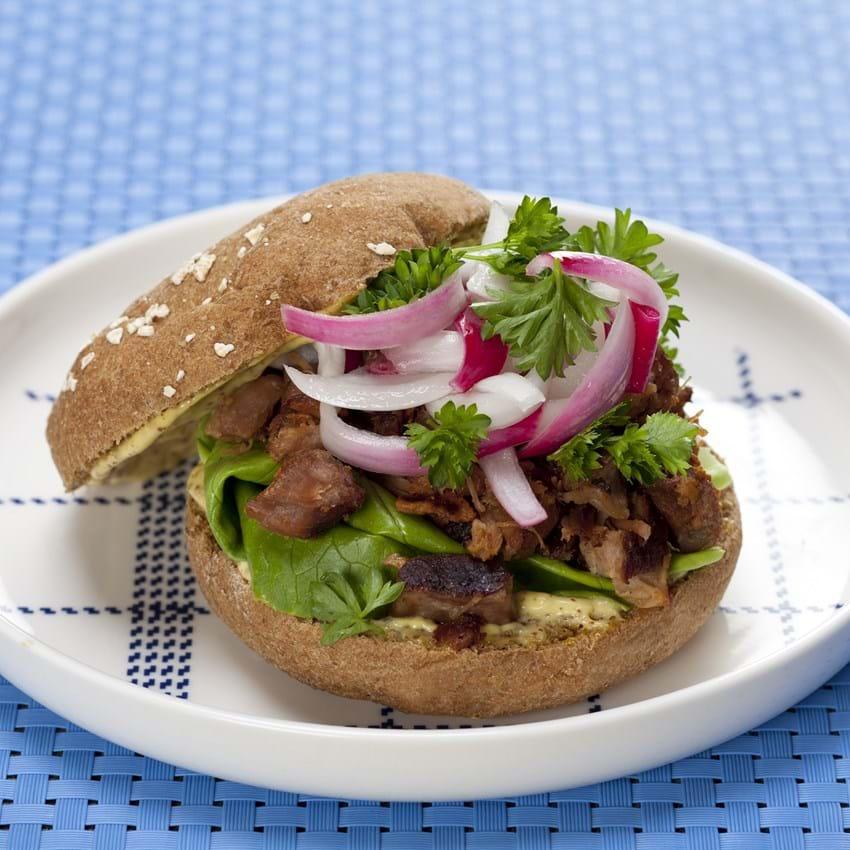 Sandwich med svinenakke og syltede rødløg
